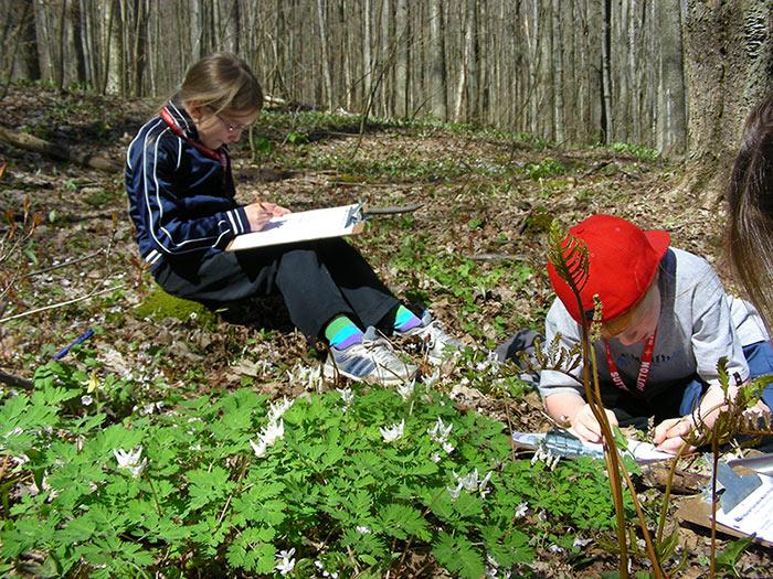 Enfants recevant une formation scolaire sur la faune québécoise